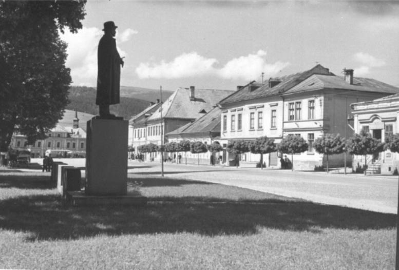 Historický pohľad na námestie Dolného Kubína spoza sochy Pavla Országha Hviezdoslava